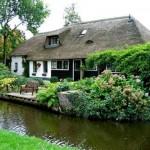 Ngôi nhà có thế đường bao quanh và nước bao quanh nhà giống như chiếc